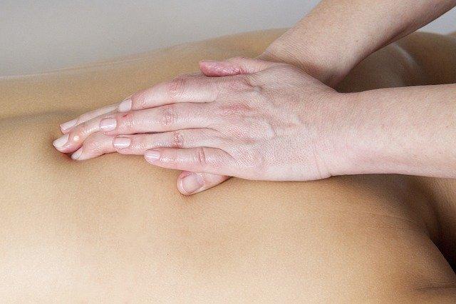 Un buen masaje con aceite de feromonas te relajará.